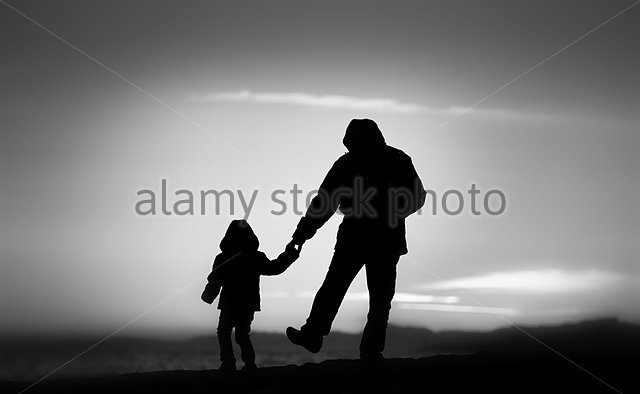 father-and-daughter-strolling-along-the-beach-at-sunset-silhouettes-dfbgbg